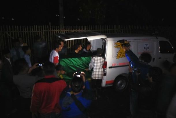 Jenazah Jm tiba di rumah duka di Desa Tanjung Kamuning, Tarogong Kaler, Kabupaten Garut, Jawa Barat, Ahad (7/2).