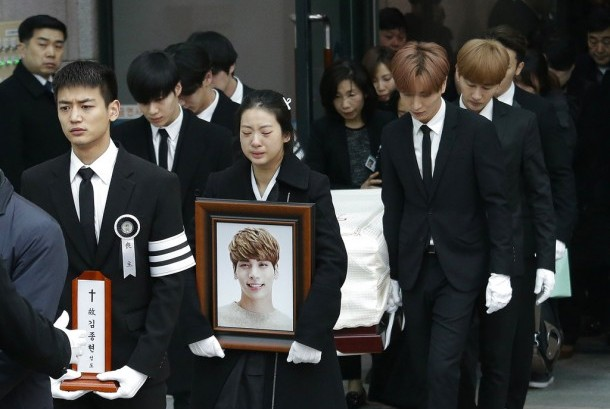 Jenazah penyanyi Korea Jonghyun dibawa anggota keluarga di Seoul, Kamis (21/12). Jonghyun meninggal akibat bunuh diri.