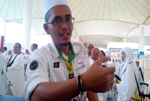 Johari, petugas haji dari Tabung Haji Malaysia, menunjukkan gelang haji digital saat mendampingi jamaah haji asal Malaysia, di Bandara Internasional King Abdul Aziz Jeddah (Ilustrasi)