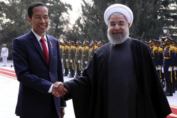 Jokowi berjabat tangan dengan Presiden Iran Hassan Rouhani di Teheran, Iran.