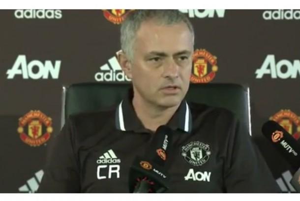 Jose Mourinho mengenakan polo shirt dengan inisial nama Claudio Ranieri.