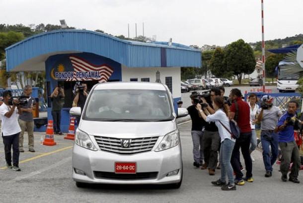 Jurnalis mengejar mobil dengan pelat Kedutaan Korea Utara di markas Polisi Sepang, tempat warga Korea Utara Ri Jong Chol ditahan di Kuala Lumpur, Malaysia, Rabu (22/2). Ri Jong Chol ditahan terkait tewasnya Kim Jong-nam.