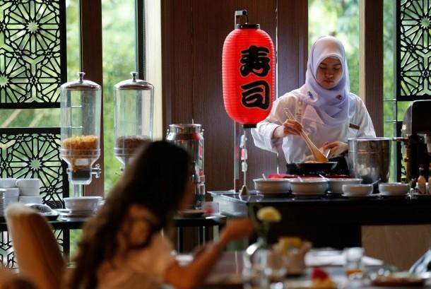 Juru masak meracik menu untuk tamu di hotel halal pertama di Bangkok, Al Meroz.