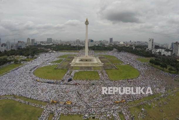 Jutaan Jamaah Aksi Bela Islam III menjelang pelaksanaan Shalat Jumat memadati area Monumen Nasional Jakarta, Jumat (2/12). Shaf jamaah meluber hingga ke jalan-jalan di sekitar area Monas dan hingga ke Jl MH Thamrin, dan kawasan Patung Tani.