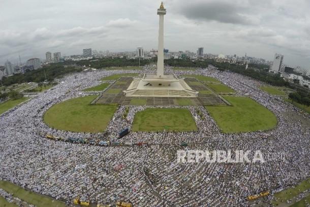 Jutaan Jamaah Aksi Bela Islam III menjelang pelaksanaan Shalat Jumat memadati area Monumen Nasional Jakarta, Jumat (2/12).