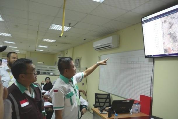 Kadaker Makkah Nasrullah Jasam memantau pergerakan bis dari Madinah ke Makkah melalusi sistem tracking GPS