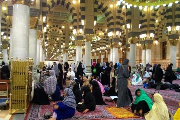 Kajian agama di dalam Masjid Nabawi yang digelar usai shalat Subuh