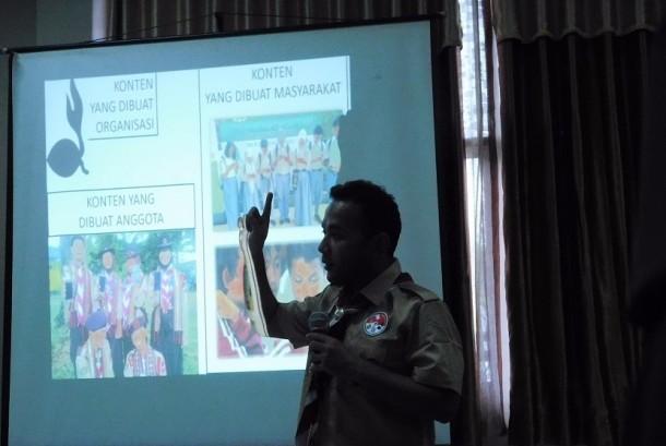 Kak Hariqo Wibawa Satria (Andalan Nasional, Penanggungjawab web dan medsos Kwarnas Gerakan Pramuka) menyampaikan materi dalam lokakarya pemanfaatan teknologi komunikasi