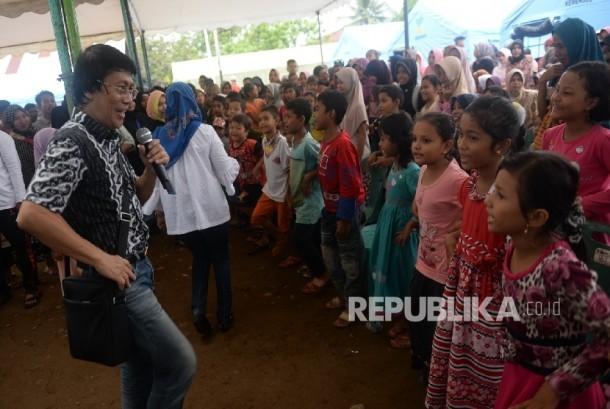 Kak Seto tengah menghibur anak korban gempa Aceh.