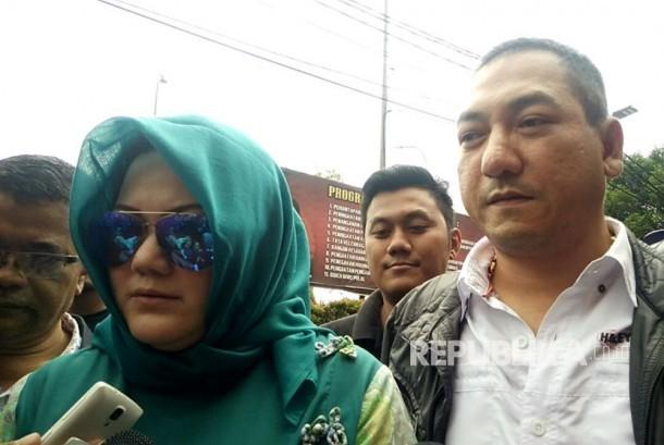 Kakak dari Ridho Rhoma, Debby Veramasari Irama beserta Krisna Murti mengunjungi Ridho Rhoma di Mapolres Jakarta Barat, Slipi, Jakarta Barat, Ahad (26/3).
