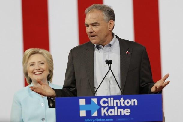 Kandidat presiden partai demokrat AS Hillary Clinton mendengarkan Tim Kaine yang baru saja diumumkan secara resmi sebagai kandidat wakil presidennya, Ahad (24/7), di Miami.