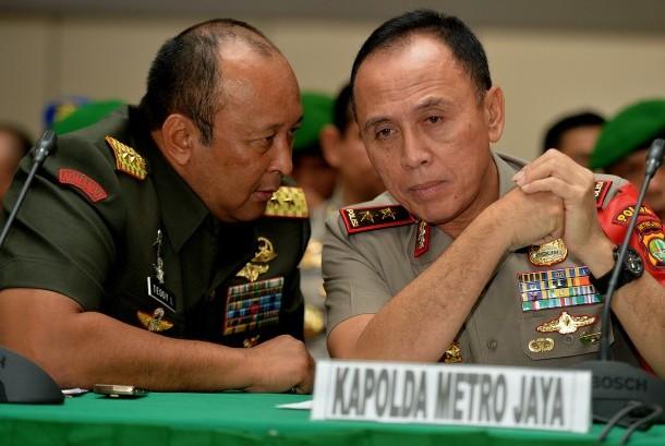 Kapolda Metro Jaya Irjen Pol M Iriawan (kanan) berbincang dengan Pangdam Jaya/Jayakarta Mayjen TNI Teddy Lhaksmana (kiri).