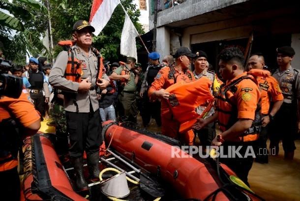 Kapolda Metro Jaya Irjen Pol M Iriawan memantau banjir di Kelurahan Cipinang Melayu, Kecamatan Makassar, Jakarta, Selasa (21/2).
