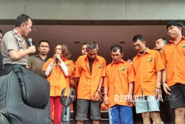 Kapolda Metro Jaya Irjen Pol Mochamad Iriawan berbicara dengan tersangka perampokan Davidson Tantono di Mapolda Metro Jaya, Rabu (21/6).