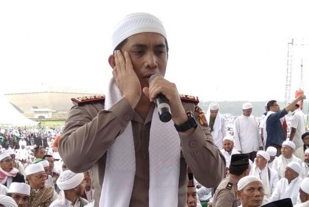 Kapolres Cirebon Kota, AKBP Indra Jafar, saat menjadi muazin shalat Jumat di aksi Bela Islam 212 di Lapangan Monas Jakarta.