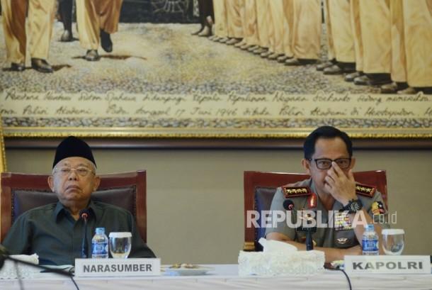 Kapolri Jenderal Tito Karnavian (kanan) bersama Ketua Majelis Ulama Indonesia (MUI) Ma'ruf Amin (kiri).