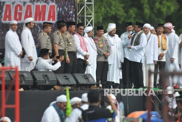Kapolri Jendral Tito Karnavian mengikuti aksi damai di kawasan Monas, Jakarta, Jumat (2/12).