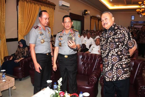 Kapolri (tengah) memegang handphone pada peluncuran aplikasi Polisi Wong Kito.