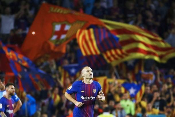 Kapten Barcelona, Andres Iniesta setelah mencetak gol ke gawang Malaga pada laga lanjutan La Liga di Camp Nou, Ahad (22/10) dini hari WIB. Barcelona menang 2-0 pada laga ini.