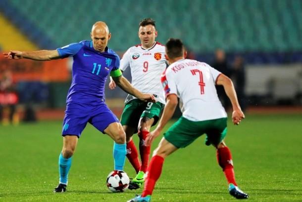 Kapten timnas Belanda Arjen Robben (kiri) saat menghadapi Bulgaria dalam laga kualifikasi iala Dunia 2018. Belanda kalah 0-2, Ahad (26/3).