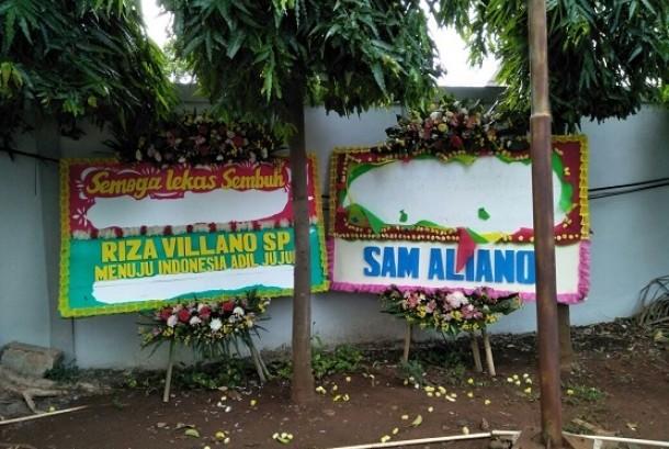 Karangan bunga untuk Setya Novanto yang dikirim ke RSCM kini dalam kondisi rusak. Tidak diketahui siapa pelaku pengrusakannya, Sabtu (18/11)