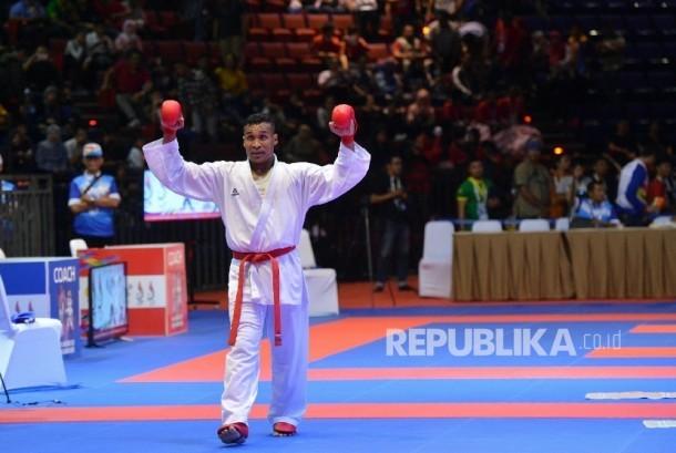 Karateka Jawa Timur Umar Syarief meluapkan kegembiraannya usai mengalahkan Karateka Jakarta Caesar George Isac pada pertandingan final Kumite Individual Putra +84 Kg Senior PON XIX Jabar di Sabuga ITB, Minggu (18/9).  (Republika/ Prayogi)