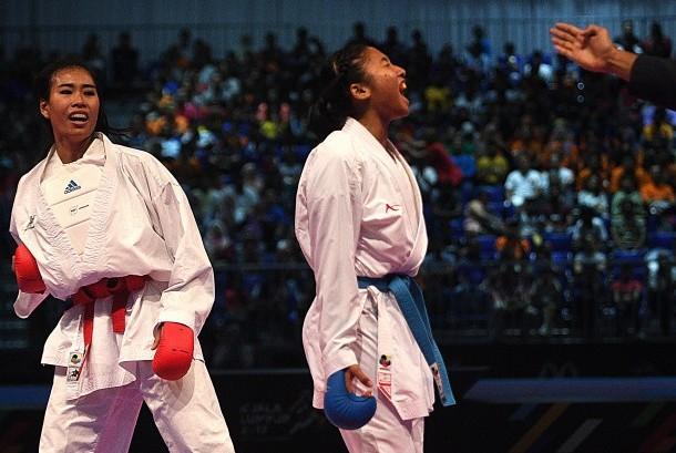 Karateka putri Indonesia Cok Istri Agung Sanestya Rani (kanan) berteriak usai mendapatkan poin saat melawan karateka Thailand Arm Sukkiaw (kiri) dalam perebutan medali emas Karate kumite -61 Kg putri SEA Games XXIX Kuala Lumpur di KLCC, Kuala Lumpur, Malaysia, Rabu (23/8).