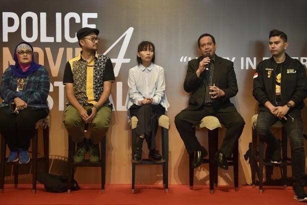 Karopenmas Divisi Humas Polri Brigjen Rikwanto (kedua kanan) bersama Ketua Panitia Police Movie Festival 4 AKP Ardila Amri (kanan), Dewan Juri Police Movie Festival 4 Renny Djayusman (kiri), produser animasi Wahyu Aditya (kedua kiri), dan penulis cerita Upi Avianto (tengah) menjawab pertanyaan wartawan jelang penganugerahan Police Movie Festival 4 di Jakarta, Sabtu (10/6).