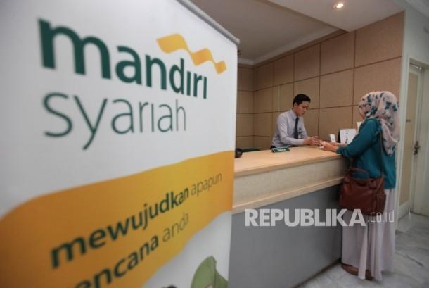 Karyawan melayani nasabah di Banking Hall Bank Syariah Mandiri. (ilustrasi)
