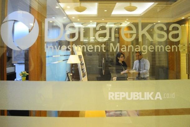 Karyawan melayani nasabah di Gedung Danareksa Investment Management, Jakarta, Senin (21/3).