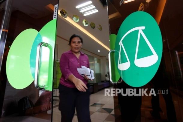 Karyawan melayani nasabah di kantor Pegadaian Syariah, Jakarta.