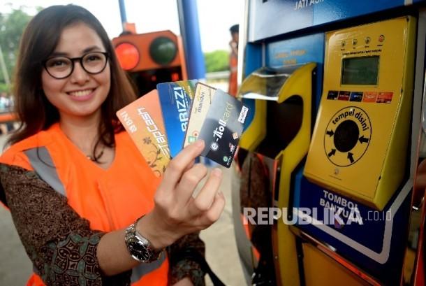 Karyawan menunjukan kartu e-toll (ilustrasi).