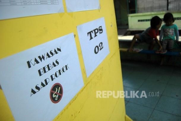 Kawasan bebas asap rokok diberlakukan di TPS 2 Desa Keprakan, Kecamatan Mergangsan, Yogyakarta Rabu (15/2).