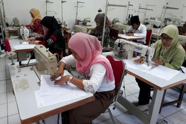 Kegiatan belajar mengajar di PKBM Assolahiyah yang berlokasi di Kampung Cilempung.