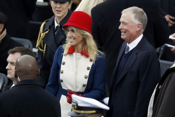 Kellyanne Conway bertopi merah.