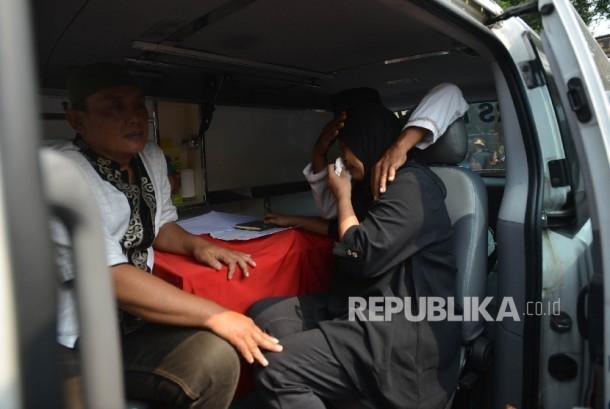 Keluarga dari Briptu Anumerta Imam Gilang Adinata polisi yang tewas karena ledakan bom bunuh diri di Kampung Melayu menangis seusai upacara pelepasan jenazah di Menteng Dalam, Tebet, Jakarta Selatan, Kamis (25/5).