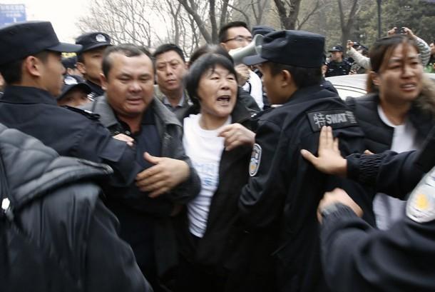Keluarga korban penumpang pesawat Malaysia Airlines MH370 bersitegang dengan polisi saat mereka berunjuk rasa dekat Hotel Lido di Beijing (Ilustrasi)