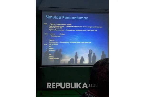 Kemendagri mengkaji tiga opsi simulasi alternatif terkait pencantuman agama dan kepercayaan di kolom KTP-el di Kantor Majelis Ulama Indonesia (MUI) Pusat di Jakarta, Jumat (17/11).