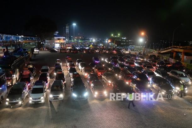 Kendaraan antre memasuki kapal Ro-Ro di Dermaga 3 Pelabuhan Merak, Banten, Kamis (22/6) malam.