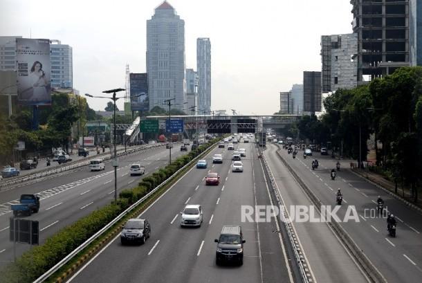 Kendaraan melintas di jalan protokol kawasan Ibukota Jakarta.