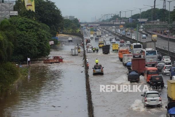 Kendaraan melintasi banjir yang menggenangi jalan menujun pintu tol jatibening dan sebagian jalan tol di sekitar Jati Bening, Bekasi, Jabar, Selasa (21/2).