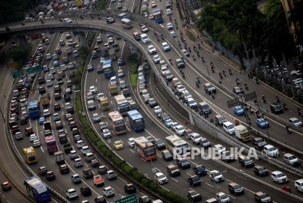 Kendaraan terjebak kemacetan di ruas Tol Dalam Kota, Jalan Gatot Subroto, Jakarta, Selasa (16/5).