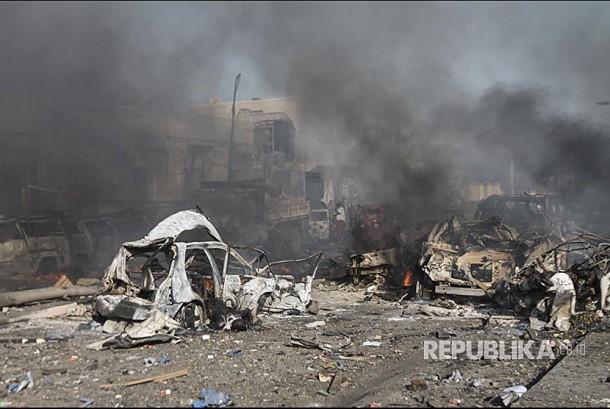 Kendaraan yang hancur di lokasi ledakan bom di depan Safari Hotel, Mogadishu, Somalia, (14/10) waktu setempat