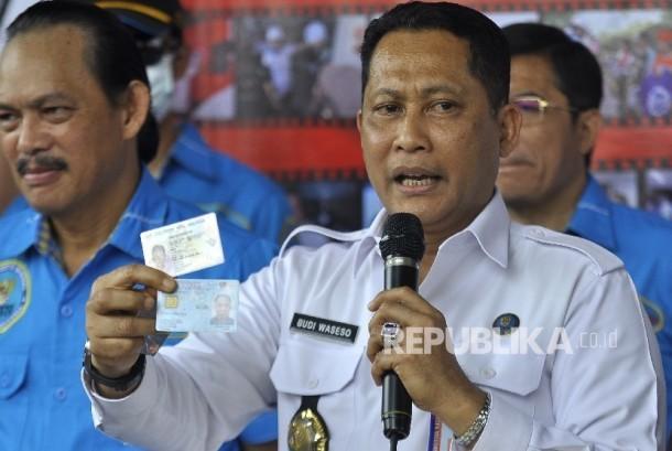Kepala Badan Narkotika Nasional (BNN), Komjen Budi Waseso (tengah) memperlihatkan identitas pelaku WN Malaysia saat merilis kasus sindikat narkoba Malaysia di Jakarta, Rabu (23/8).