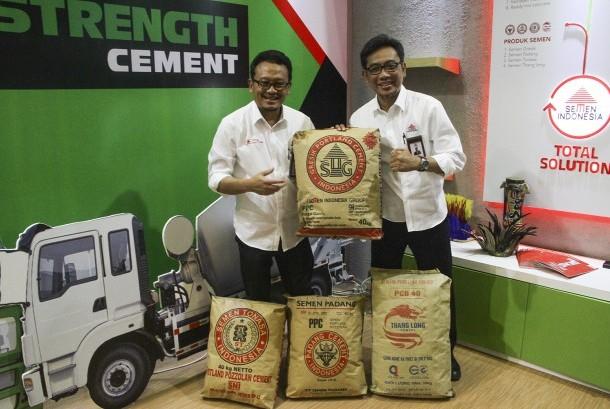 Kepala Departemen Komunikasi Pemasaran PT Semen Indonesia, Rudi Hartono, dan Direktur Pemasaran dan Supply Chain, Ahyanizzaman, menunjukkan produk Semen Indonesia.