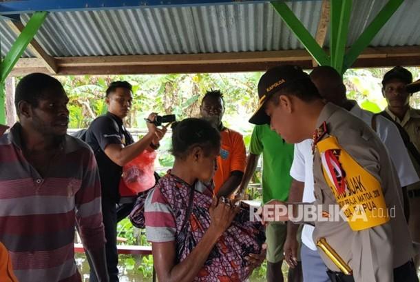 Kepolisian menyusuri korban-korban penyakit Campak di Kabupaten Asmat, Papua.