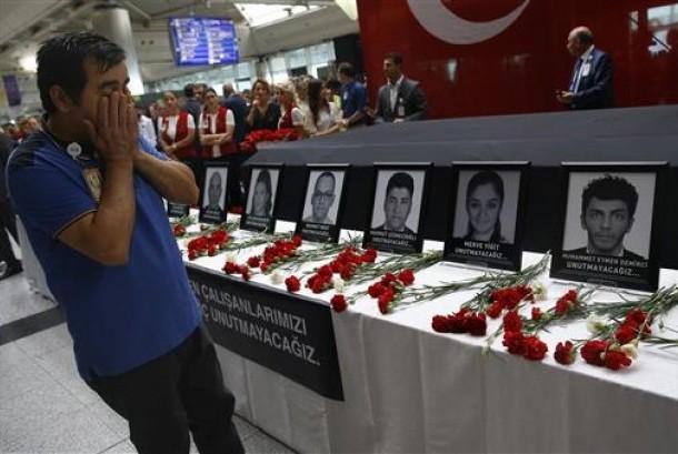 Kerabat, rekan dan teman para korban bom di Bandara Ataturk, Turki berkumpul dalam upacara mengenang korban di bandara, Istanbul, Kamis, 30 Juni 2016.