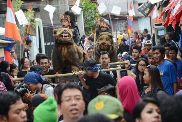 Kesenian sisingaan pada acara 'Kampung Wisata Kreatif'  di daerah Dago Pojok dan Tanggulan,Bandung, Ahad (27/10).   (Republika/Edi Yusuf)