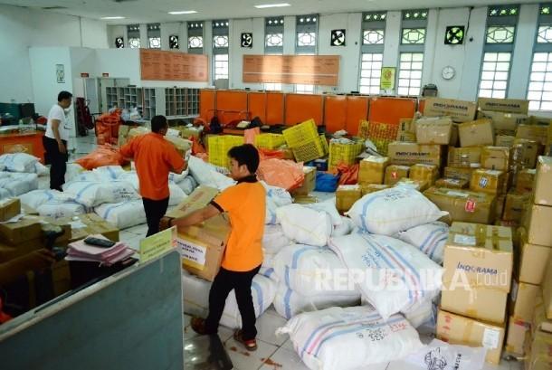 Kesibukan para petugas dibagian pengiriman paket di Kantor Pos Besar, Jalan Asia Afrika, Kota Bandung, Rabu (21/6).