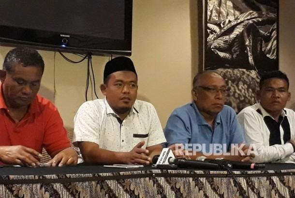 Ketua Aliansi Nelayan Indonesia (ANNI) Riyono (kedua dari kiri) dan Ketua ANNI cabang Rembang, Jawa Tengah Suyoto (baju merah) menjelaskan apa saja yang dibicarakan dengan Presiden Joko Widodo di Istana mengenai pelarangan penggunaan alat tangkap ikan cantrang di kawasan Cikini, Jakarta Pusat, Kamis (18/1).